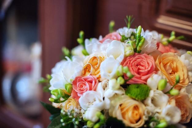 Buquê de casamento colorido e anéis.