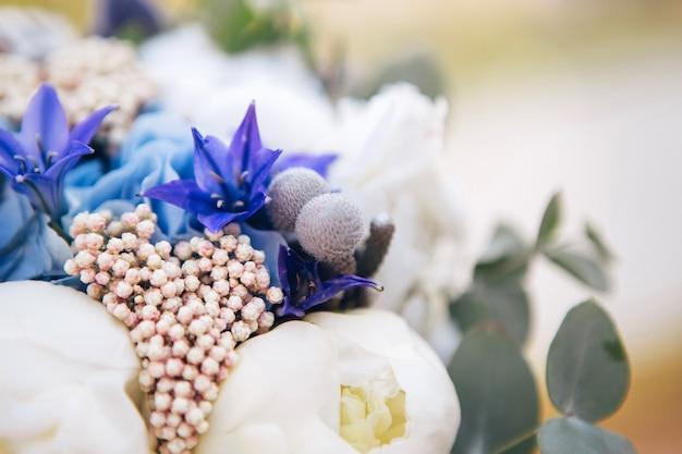 Buquê de casamento com cravos brancos, jacintos azuis e hortênsias. bouquet delicado nas cores branco-azul. folhas de eucalipto.