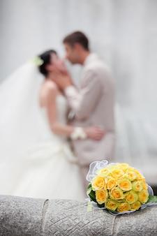 Buquê de casamento com o casal de noivos