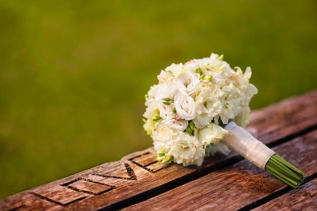 Buquê de casamento com rosas brancas