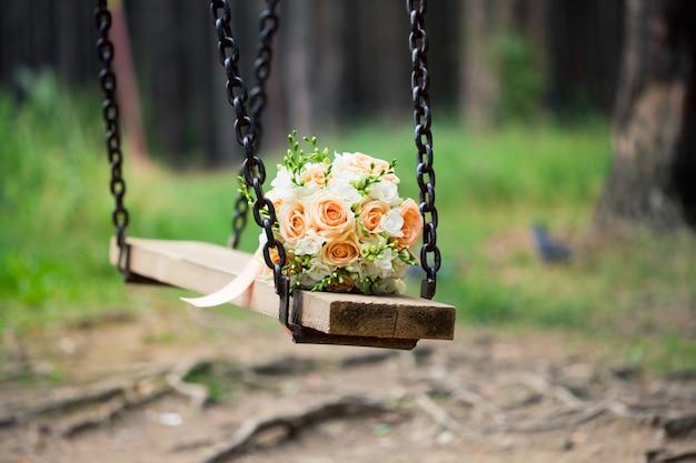 Buquê de casamento com rosas e ramos verdes