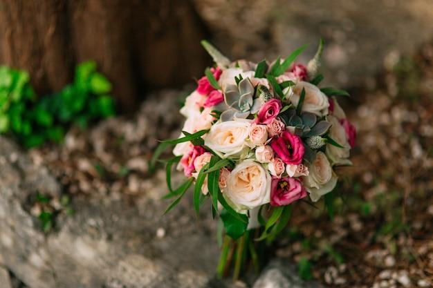 Buquê de casamento com rosas, peônias e suculentas