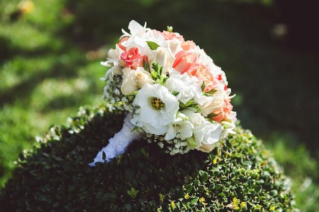 Buquê de casamento com rosas.