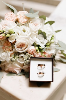 Buquê de casamento da noiva e anéis de casamento. alianças de casamento