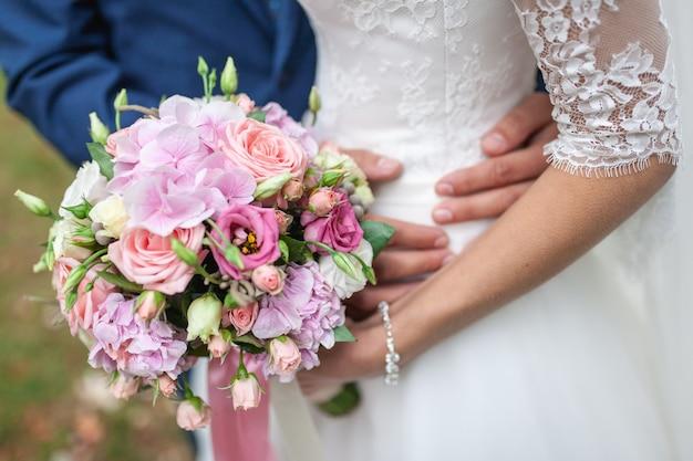 Buquê de casamento de flores, incluindo vermelho hypericum