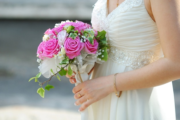Buquê de casamento de flores rosa e brancas