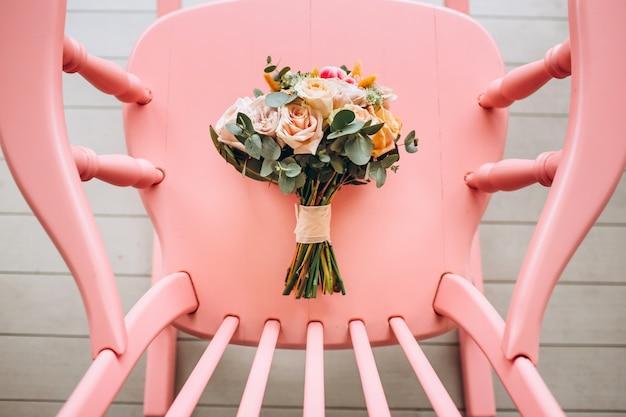 Buquê de casamento de luxo com rosas peônia, protea e eucalipto.