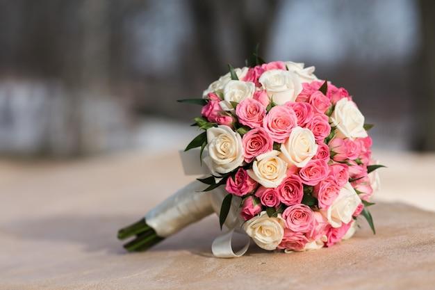Buquê de casamento de rosas brancas vermelhas