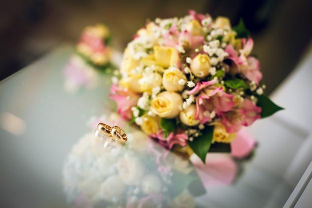 Buquê de casamento e alianças