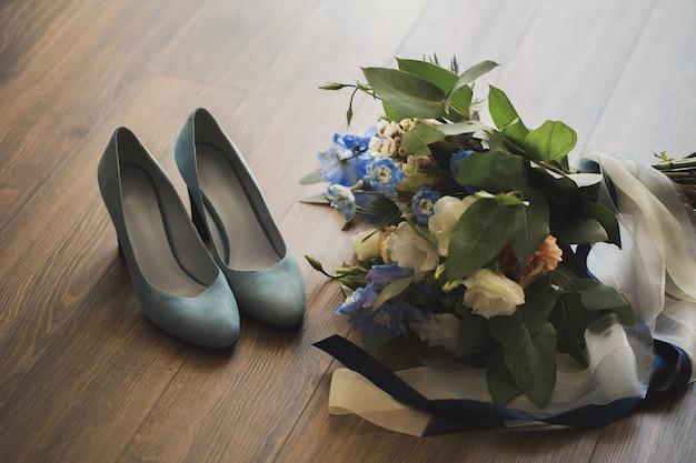 Buquê de casamento e sapatos de noiva.