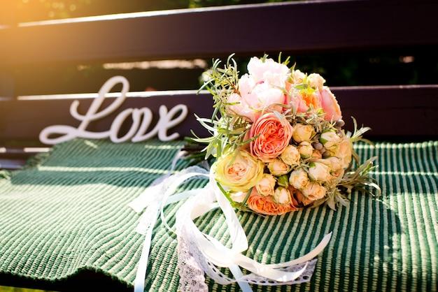 Buquê de casamento elegante e bonito em um dia ensolarado