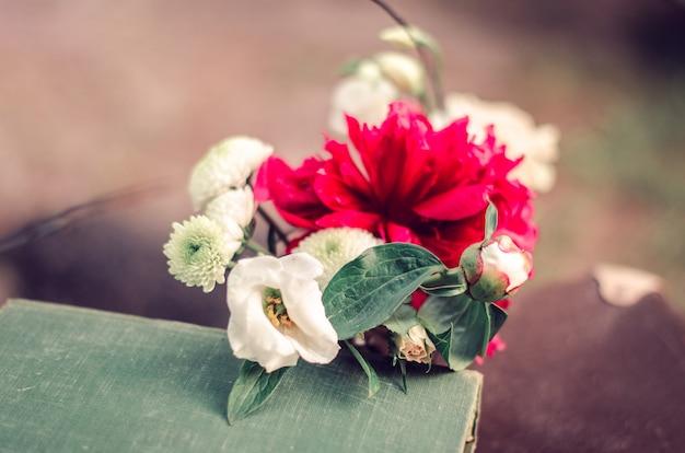 Buquê de casamento em cima da mesa