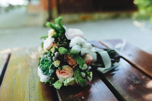 Buquê de casamento em um banco, vista de perto