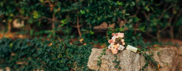 Buquê de casamento em um fundo de pedra