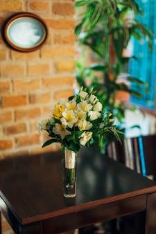 Buquê de casamento em uma mesa