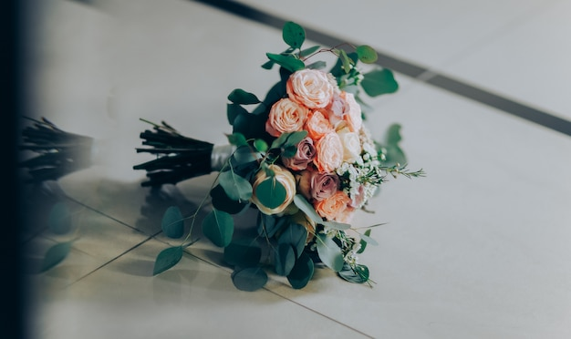 Buquê de casamento feito de rosas cor de rosa e brancas