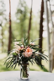 Buquê de casamento, flores para um feriado, buquê de noiva, rosas, lindas flores, folhagens, flores em um vaso, decoração, decorações, decoração festiva, frescor, natureza.