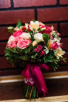 Buquê de casamento lindo com rosas e flores brancas