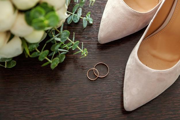 Buquê de casamento lindo de flores anéis de sapatos de noiva em madeira