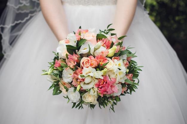 Buquê de casamento lindo de verão e vestido de noiva