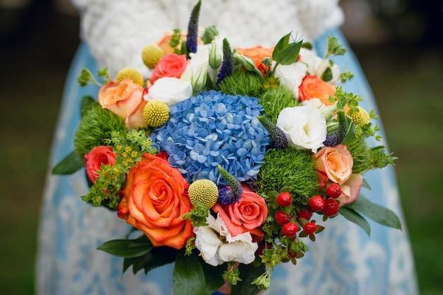 Buquê de casamento lindo de verão. flores brilhantes