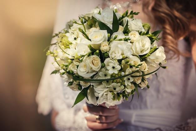 Buquê de casamento lindo na mão da noiva