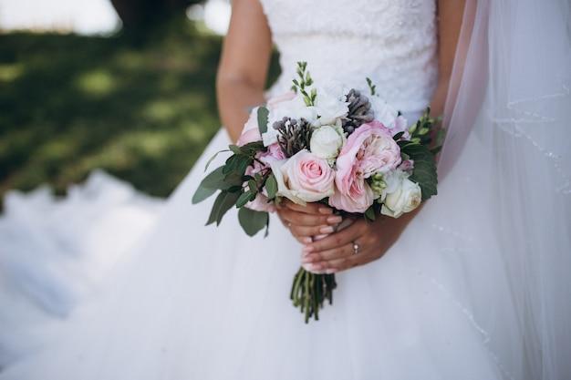 Buquê de casamento lindo na mão da noiva.