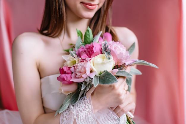 Buquê de casamento lindo nas mãos da noiva