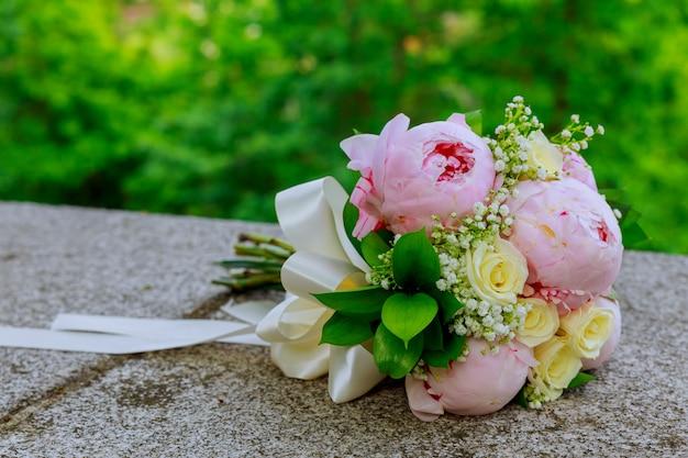 Buquê de casamento lindo sobre um fundo verde