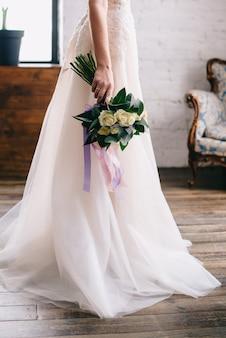Buquê de casamento na mão da noiva, close-up