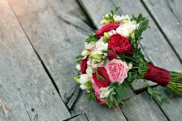 Buquê de casamento na mesa de madeira