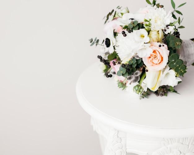 Buquê de casamento na mesa
