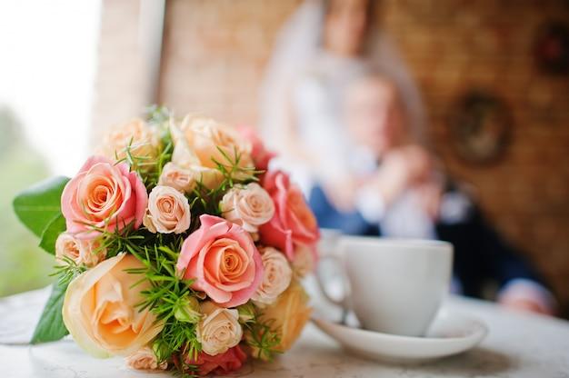 Buquê de casamento no café vintage recém-casado