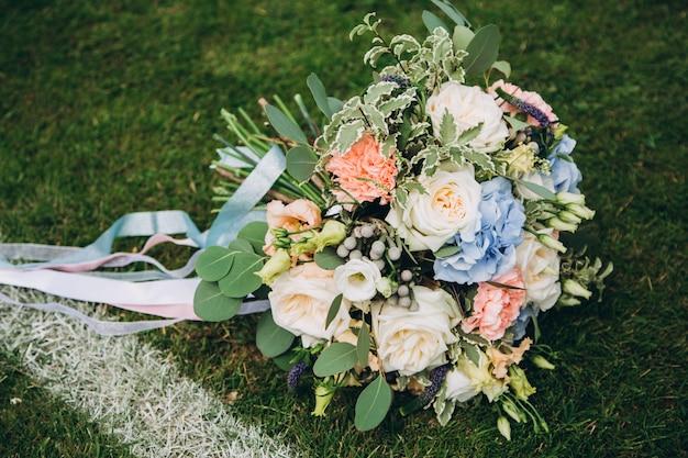 Buquê de casamento no gramado do futebol