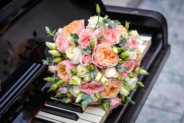 Buquê de casamento no teclado de piano