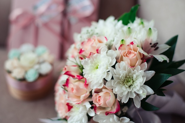 Buquê de casamento perto de crisântemos brancos, durante o dia