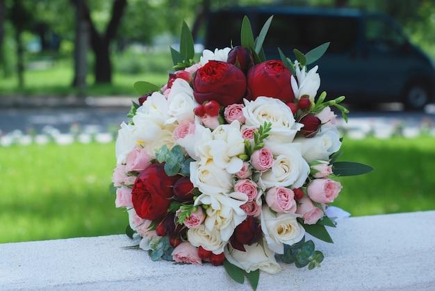 Buquê de casamento. rosas vermelhas e cor de rosa. flores de peônia.