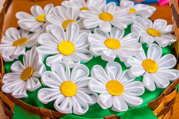Buquê de chamomiles na cesta. lembrança, artigo de tecido