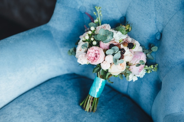 Buquê de cor bonita fica na poltrona azul interior