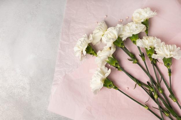 Buquê de cravos brancos em papel rosa