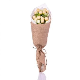 Buquê de flores artificiais.