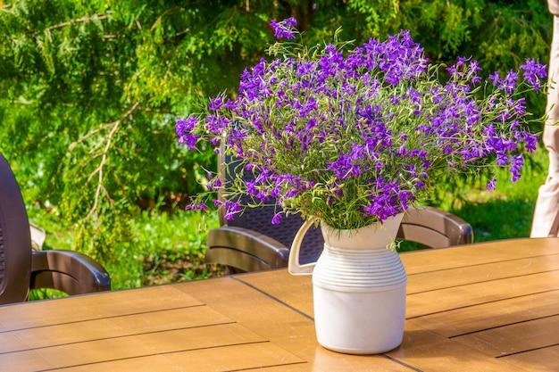 Buquê de flores azuis em cima da mesa no verão