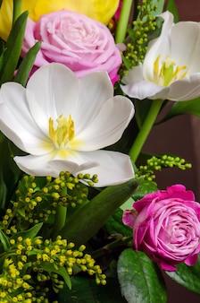 Buquê de flores brancas e rosa.