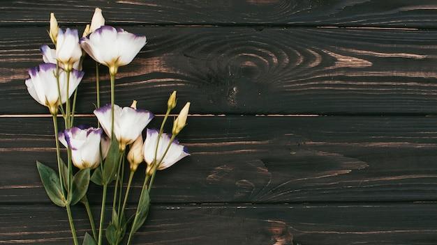 Buquê de flores brancas na mesa de madeira