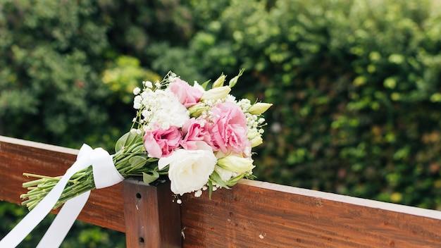 Buquê de flores brancas na prancha de madeira