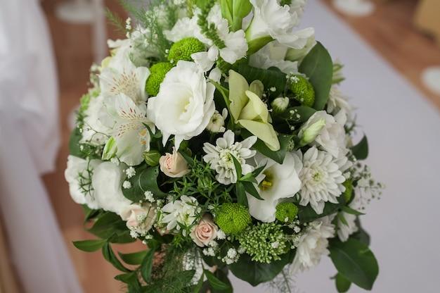 Buquê de flores brancas para decoração de cerimônia de casamento