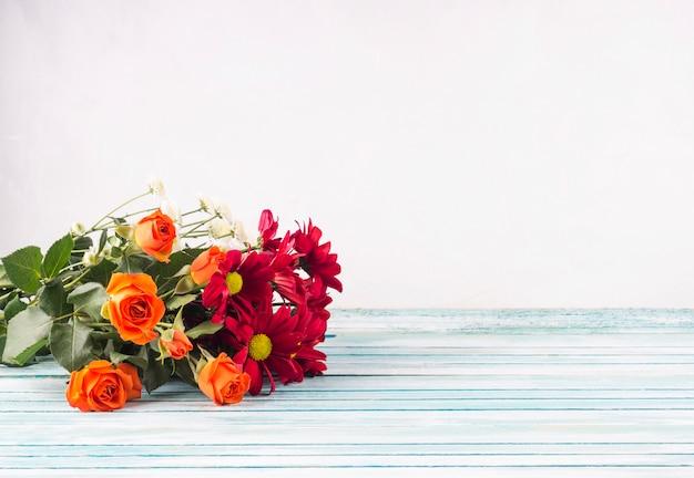 Buquê de flores brilhantes na mesa