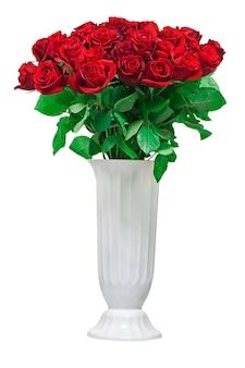 Buquê de flores coloridas de rosas vermelhas em um vaso branco isolado no fundo branco.