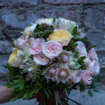 Buquê de flores coloridas em tons pastel