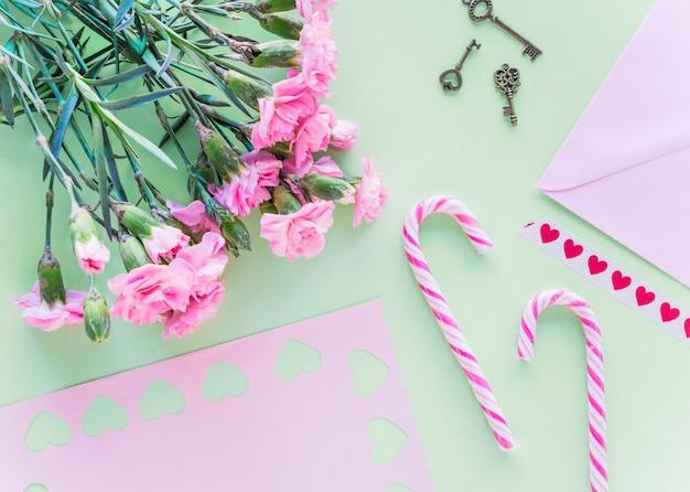 Buquê de flores com bastões de doces na mesa